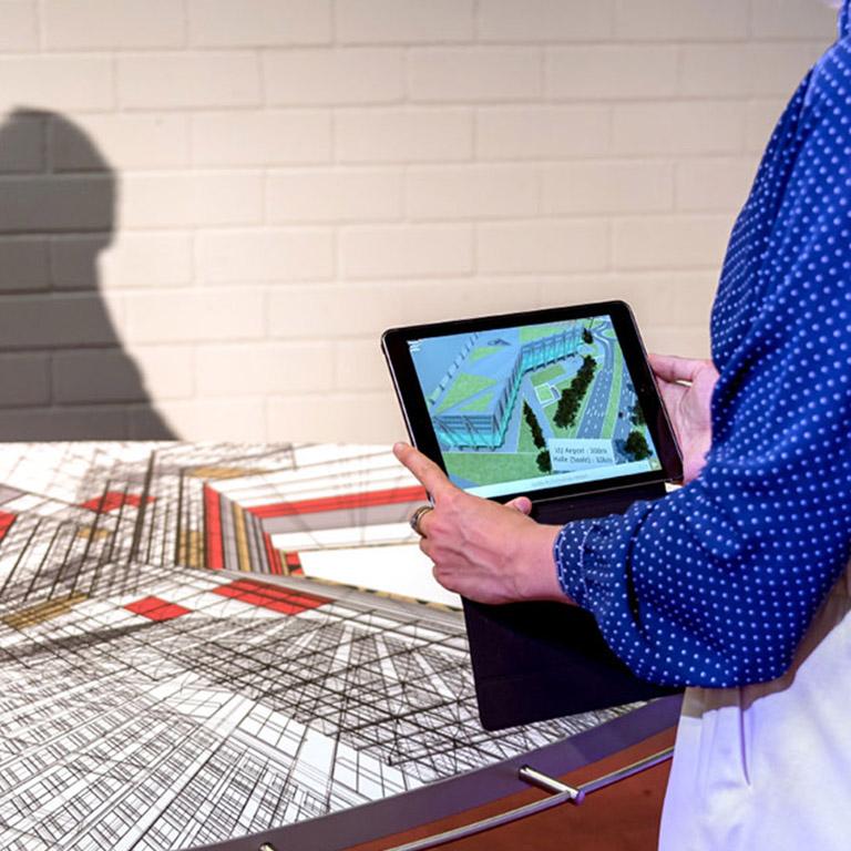 Invest Region Leipzig AR App in der Anwendung mit dem IRL Tisch.