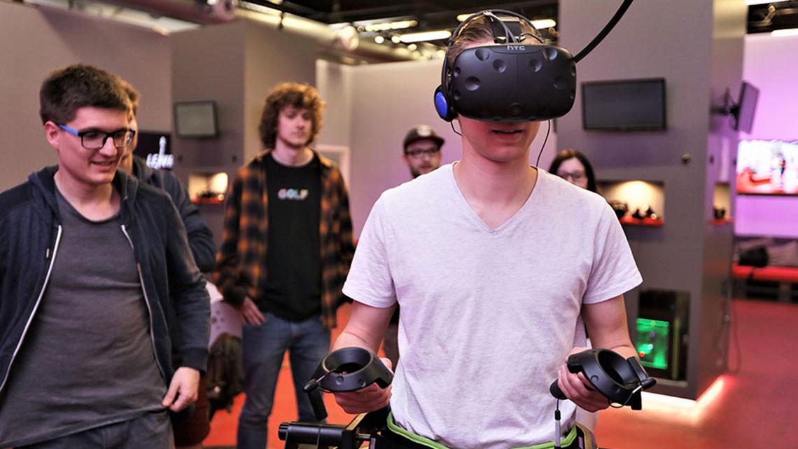 Die Virtual Reality Omni VR Treadmill zum Laufen im digitalen Raum in Kombination mit einer HTC Vive im LEAVR Leipzig.