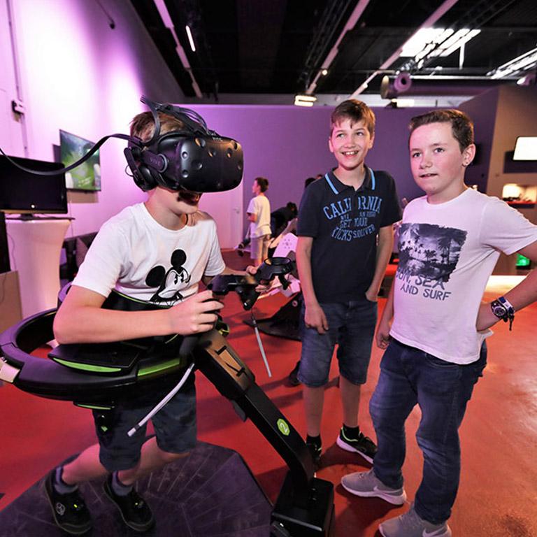 Eine Gruppe Kids auf der Virtual Reality Omni VR Treadmill zum Laufen im digitalen Raum.