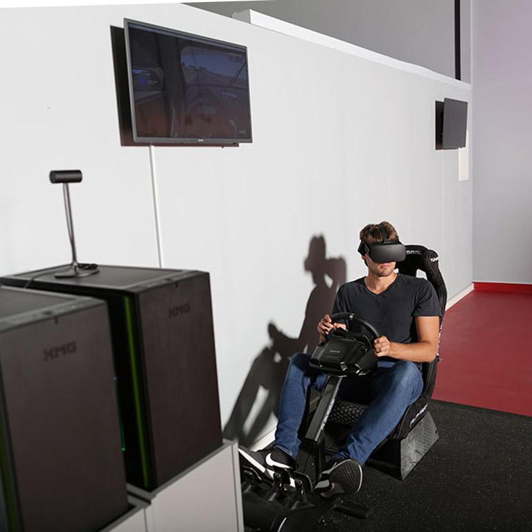 VR Racingsimulator mit Racingseat und Oculus Rift im Virtual Reality Arcade LEAVR in Leipzig.
