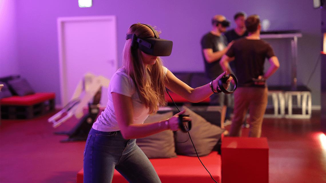 Mädchen mit der Oculus Rift am zocken im LEAVR Virtual Reality Arcade in Leipzig.