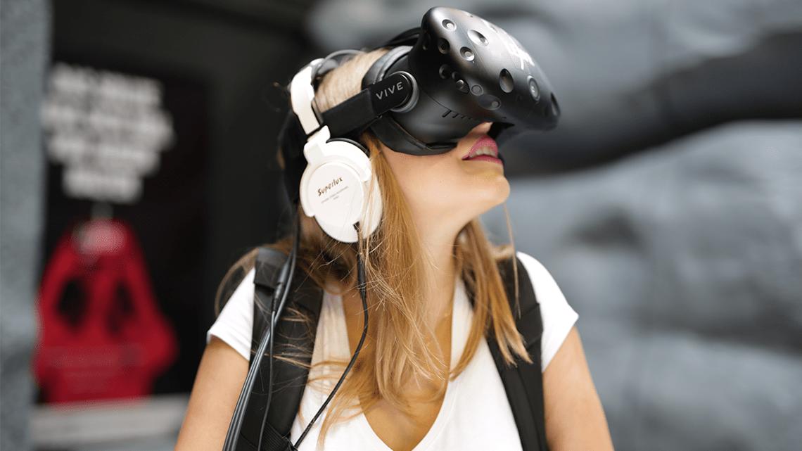 Mädchen mit HTC Vive Pro und einem Mobile Backpack von XMG. Zocken im Virtual Reality Arcade LEAVR in Leipzig.